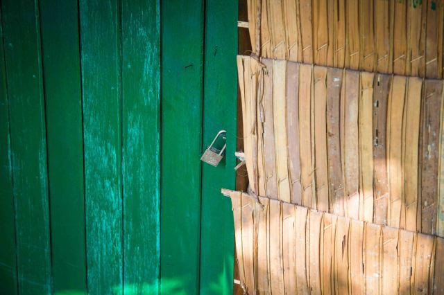 deep art: ház fűből, fa ajtóval. vas lakattal...